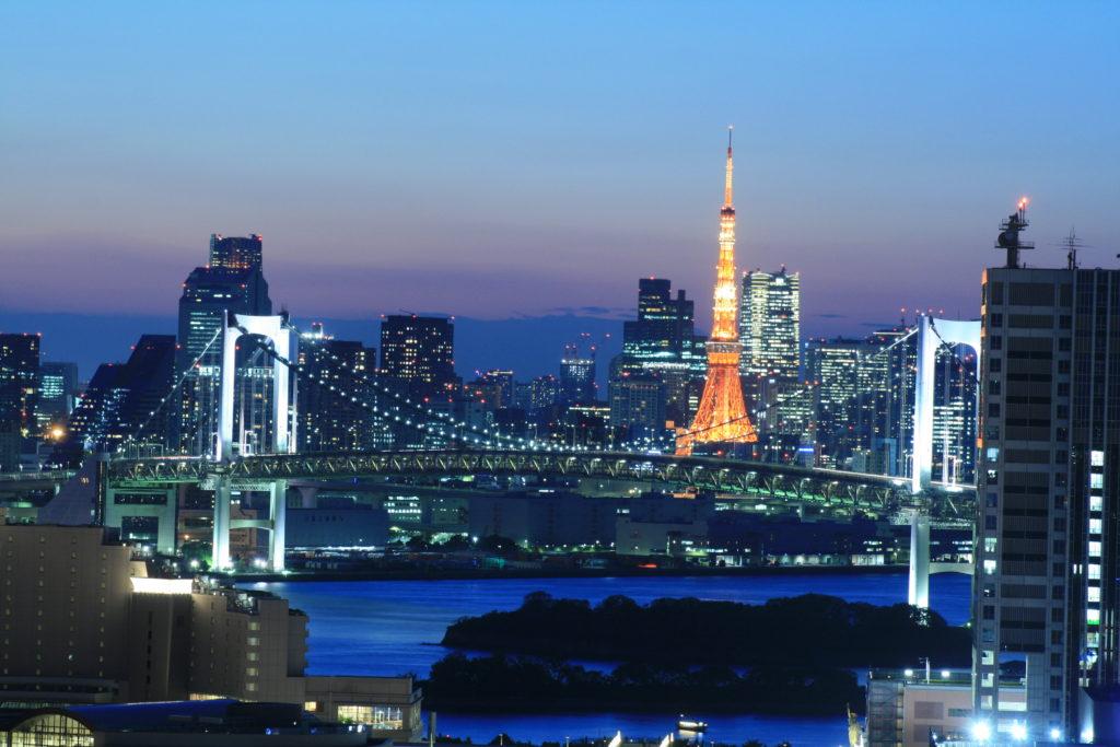マジックアワーにテレコムセンター展望台から撮影した東京タワー・レインボーブリッジ方向の写真