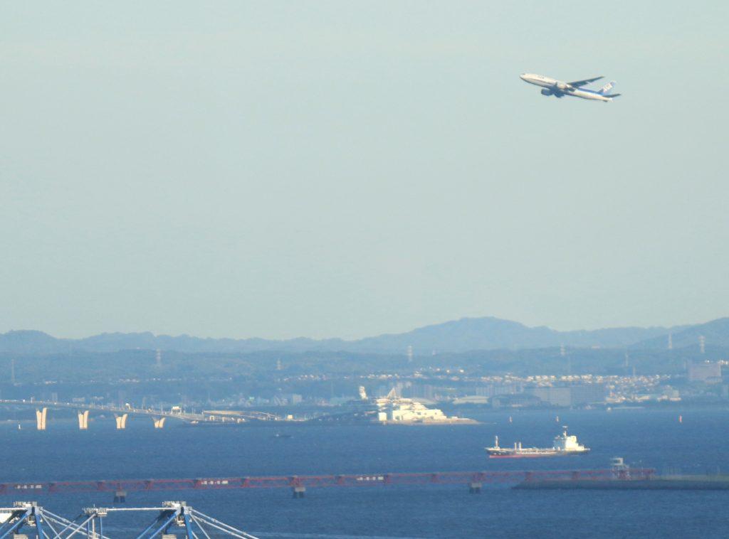 「海ほたる」と東京湾アクアライン。上空には全日空の飛行機 テレコムセンター展望台
